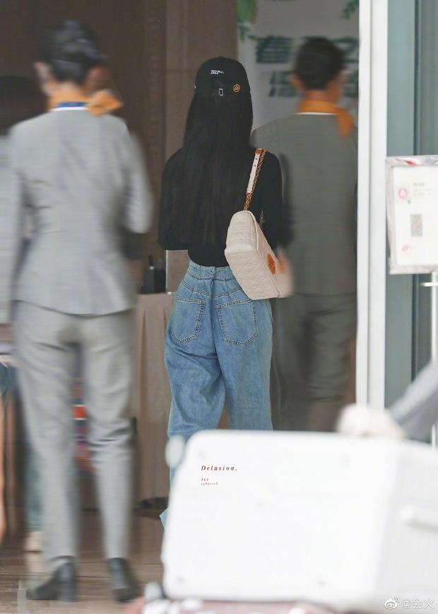 Triệu Lệ Dĩnh xuất hiện hiếm hoi hậu ly hôn, spotlight đổ dồn về chiếc quần jean rúm ró bị buộc chặt eo - Ảnh 5.