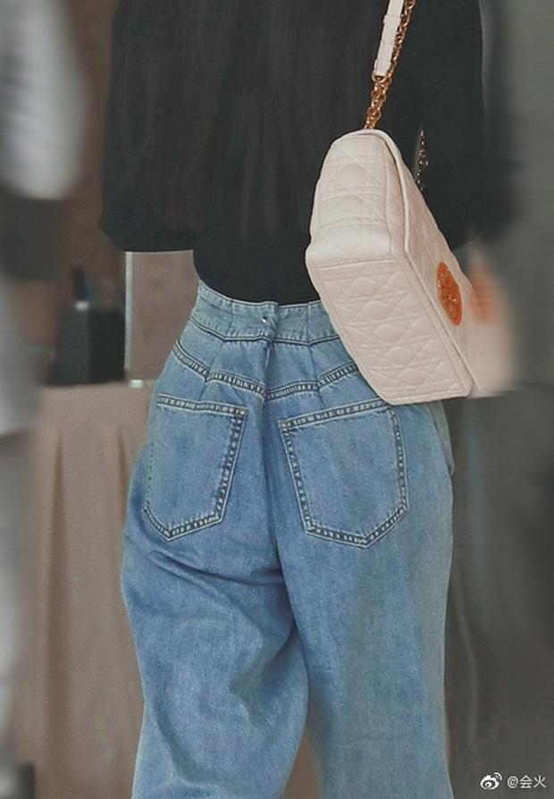 Triệu Lệ Dĩnh xuất hiện hiếm hoi hậu ly hôn, spotlight đổ dồn về chiếc quần jean rúm ró bị buộc chặt eo - Ảnh 6.