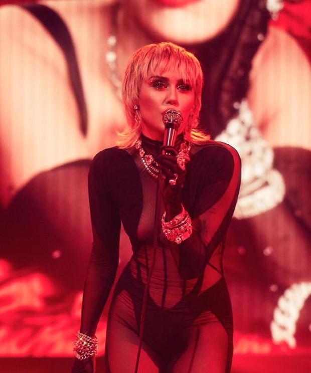 Tình yêu 10 năm xoay vòng Miley Cyrus: Lúc ngoan hiền lúc nổi loạn chấn động, nghi vấn Liam Hemsworth âm mưu kiểm soát - Ảnh 26.