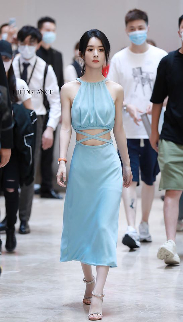 Triệu Lệ Dĩnh xuất hiện hiếm hoi hậu ly hôn, spotlight đổ dồn về chiếc quần jean rúm ró bị buộc chặt eo - Ảnh 7.