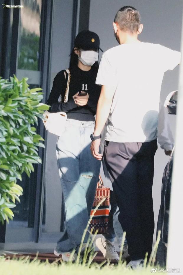 Triệu Lệ Dĩnh xuất hiện hiếm hoi hậu ly hôn, spotlight đổ dồn về chiếc quần jean rúm ró bị buộc chặt eo - Ảnh 2.