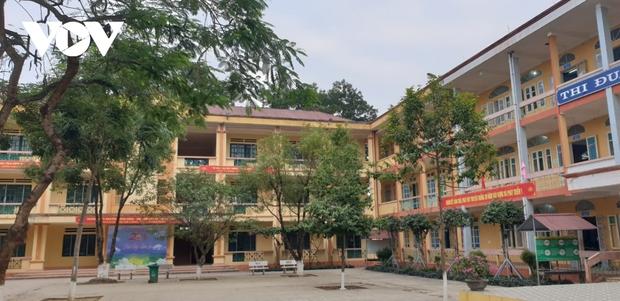 Giáo viên ở Lào Cai đến tận nhà học sinh phát đề, giám sát làm bài thi - Ảnh 3.
