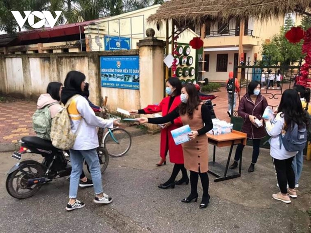 Giáo viên ở Lào Cai đến tận nhà học sinh phát đề, giám sát làm bài thi - Ảnh 4.