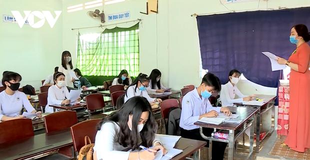 Giáo viên ở Lào Cai đến tận nhà học sinh phát đề, giám sát làm bài thi - Ảnh 6.