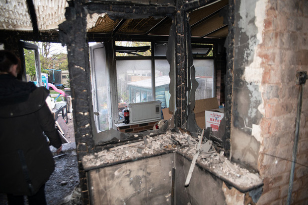 Đang đi làm thì hàng xóm gọi báo nhà cháy, người phụ nữ trở về chứng kiến cảnh tan hoang bắt nguồn từ món đồ gia dụng gia đình nào cũng có - Ảnh 8.