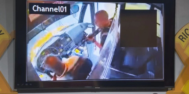 Gã đàn ông cầm súng uy hiếp xe bus chở học sinh, phút cuối buông cò vì lý do ná thở nhưng không kém phần cảm động - Ảnh 2.