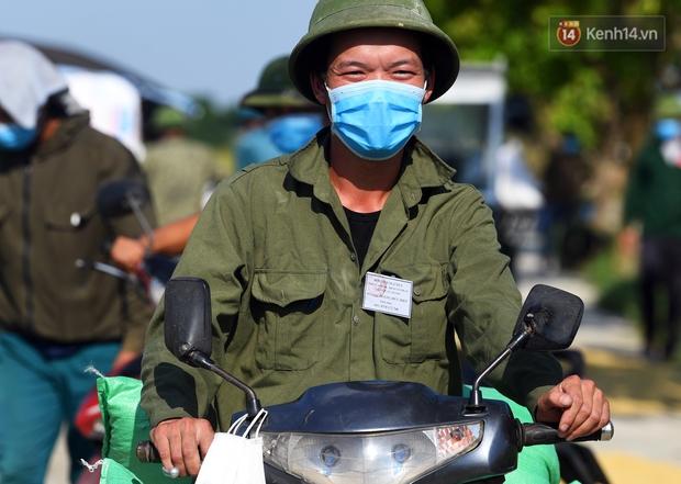 Ảnh: Tình nguyện viên đội nắng nóng thu hoạch lúa cho người dân nơi tâm dịch Thuận Thành, Bắc Ninh - Ảnh 12.