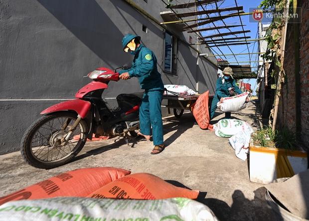 Ảnh: Tình nguyện viên đội nắng nóng thu hoạch lúa cho người dân nơi tâm dịch Thuận Thành, Bắc Ninh - Ảnh 13.