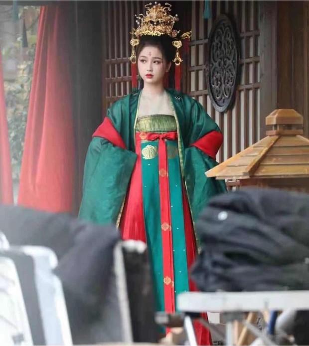 Ngu Thư Hân khoe váy áo xinh như mỹ nhân thời Đường, ai ngờ bị nam thần mặt quạu chiếm hết sóng ở phim mới - Ảnh 4.