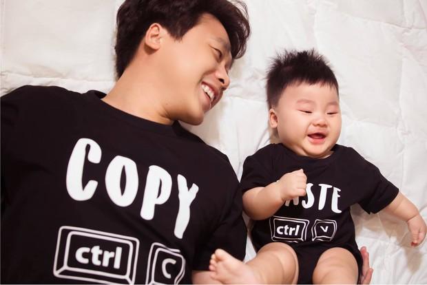 """Hoà Minzy """"xả kho"""" ảnh zoom cận mặt quý tử lúc 6 tháng tuổi, Minh Hải liền tung ảnh """"copy - paste"""" không lệch xíu nào! - Ảnh 4."""