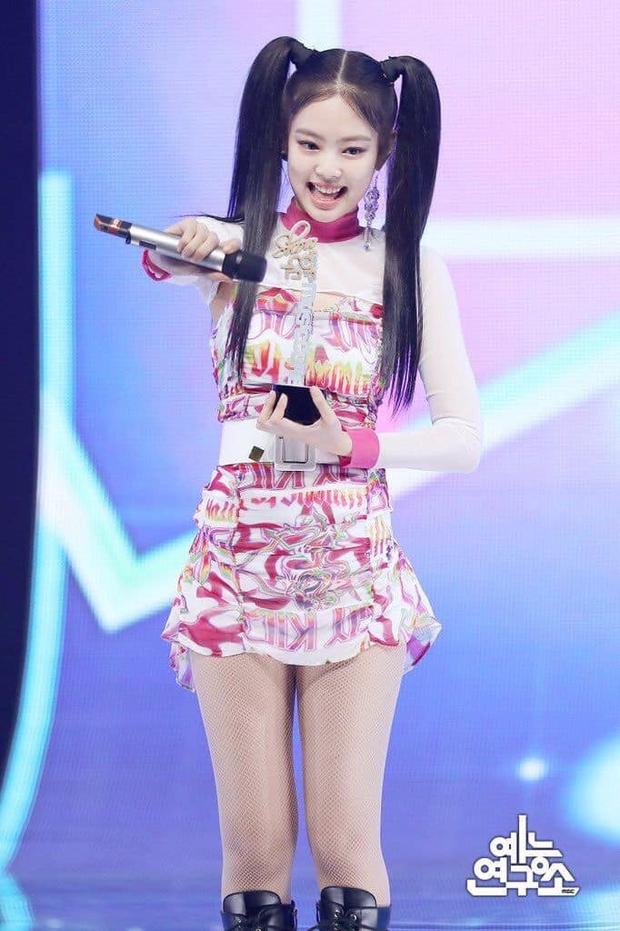 Xét về những kiểu tóc độc - dị, Jennie còn cách xa nàng cựu idol này một quãng đường dài - Ảnh 1.