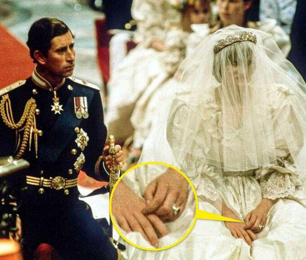 Loạt bí mật ít ai biết phía sau đám cưới của Hoàng gia Anh, đặc biệt là sự cố chỉ muốn giấu nhẹm đi với váy cưới của Công nương Diana - Ảnh 8.