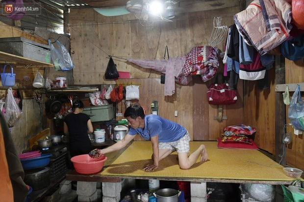 Cái nóng khắc nghiệt bủa vây xóm trọ nghèo ở chân cầu Long Biên: Nóng người ta vào nhà, còn chúng tôi phải chạy ra - Ảnh 6.