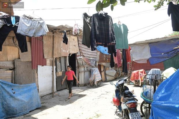 Cái nóng khắc nghiệt bủa vây xóm trọ nghèo ở chân cầu Long Biên: Nóng người ta vào nhà, còn chúng tôi phải chạy ra - Ảnh 12.