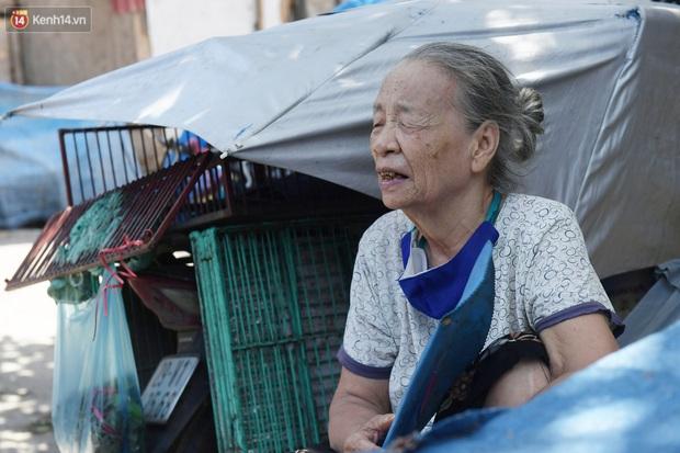 Cái nóng khắc nghiệt bủa vây xóm trọ nghèo ở chân cầu Long Biên: Nóng người ta vào nhà, còn chúng tôi phải chạy ra - Ảnh 2.