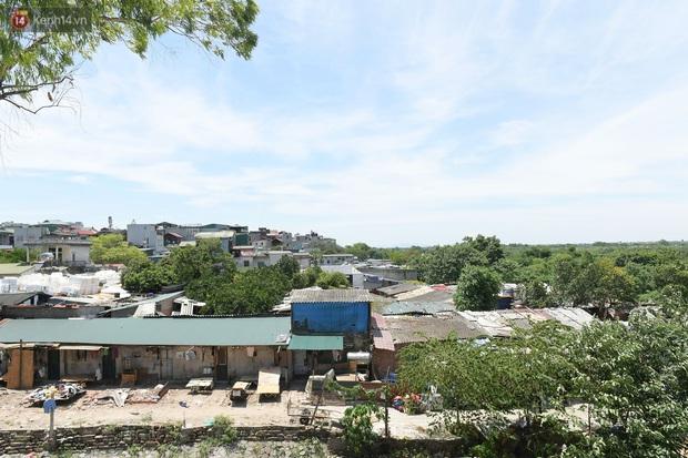 Cái nóng khắc nghiệt bủa vây xóm trọ nghèo ở chân cầu Long Biên: Nóng người ta vào nhà, còn chúng tôi phải chạy ra - Ảnh 1.