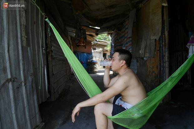 Cái nóng khắc nghiệt bủa vây xóm trọ nghèo ở chân cầu Long Biên: Nóng người ta vào nhà, còn chúng tôi phải chạy ra - Ảnh 8.