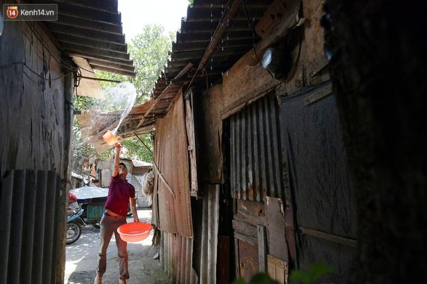 Cái nóng khắc nghiệt bủa vây xóm trọ nghèo ở chân cầu Long Biên: Nóng người ta vào nhà, còn chúng tôi phải chạy ra - Ảnh 7.