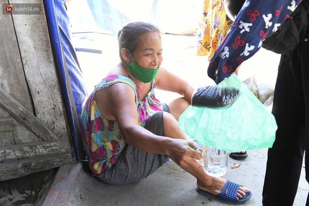 Cái nóng khắc nghiệt bủa vây xóm trọ nghèo ở chân cầu Long Biên: Nóng người ta vào nhà, còn chúng tôi phải chạy ra - Ảnh 10.