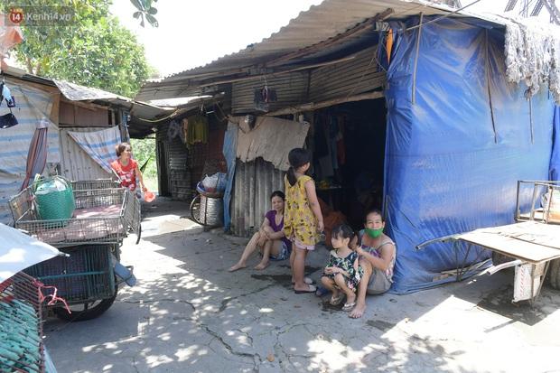 Cái nóng khắc nghiệt bủa vây xóm trọ nghèo ở chân cầu Long Biên: Nóng người ta vào nhà, còn chúng tôi phải chạy ra - Ảnh 4.