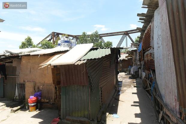 Cái nóng khắc nghiệt bủa vây xóm trọ nghèo ở chân cầu Long Biên: Nóng người ta vào nhà, còn chúng tôi phải chạy ra - Ảnh 3.