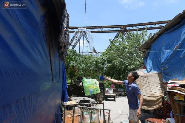 Cái nóng khắc nghiệt bủa vây xóm trọ nghèo ở chân cầu Long Biên: Nóng người ta vào nhà, còn chúng tôi phải chạy ra - Ảnh 5.