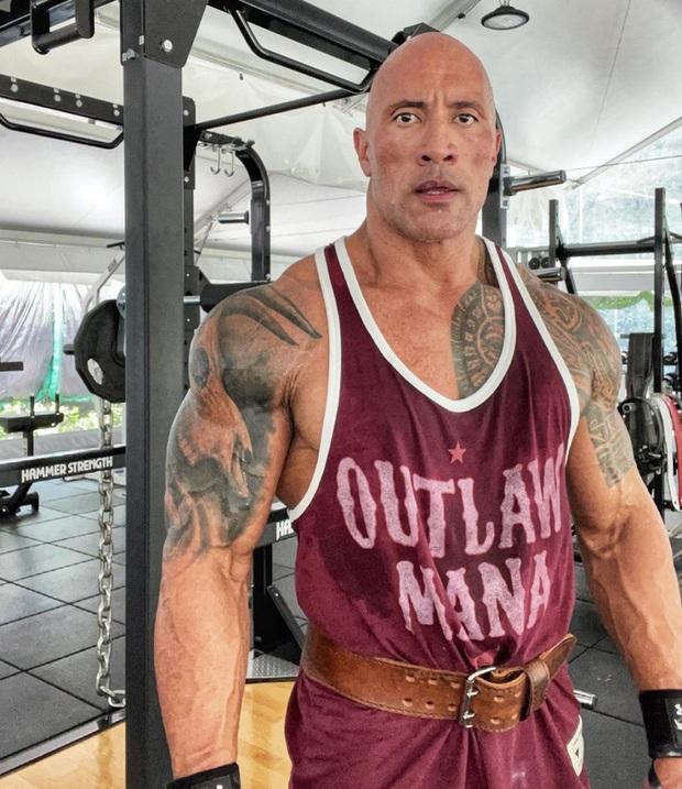 The Rock gây sốt khi khoe body ở tuổi 49, sự chú ý đổ dồn về bộ đùi chằng chịt dây điện - Ảnh 1.