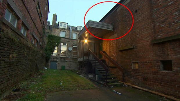 Tình cờ đi ngang tòa nhà, cô gái hứng trọn chiếc ghế sô pha tử thần rơi từ độ cao 5m làm thay đổi cả cuộc đời - Ảnh 2.