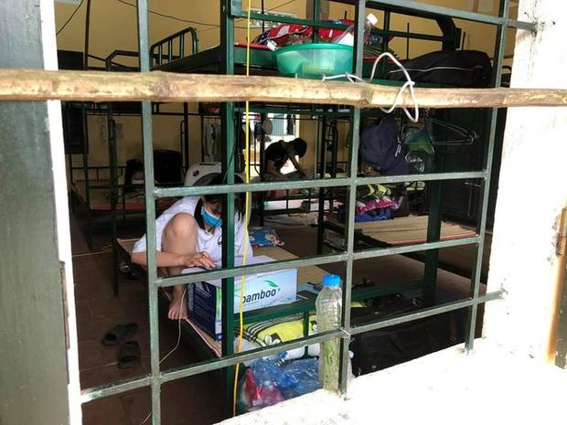 Thanh niên tự phi xe máy lên Bắc Giang chống dịch: Trời rất nóng, nhưng hàng trăm người dân cách ly thiếu nước uống. Thương lắm! - Ảnh 1.