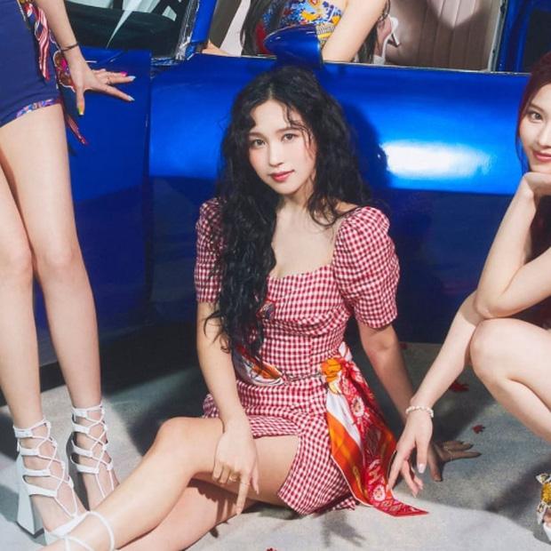 Stylist của TWICE cắt nát khăn Hermès nghìn đô để chế đồ cho idol, kết quả ra sao? - Ảnh 11.