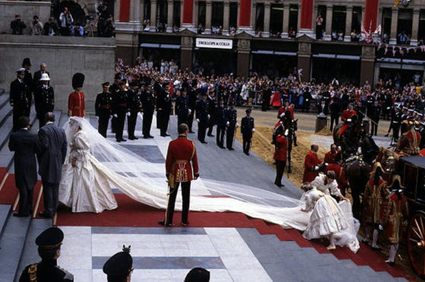 Loạt bí mật ít ai biết phía sau đám cưới của Hoàng gia Anh, đặc biệt là sự cố chỉ muốn giấu nhẹm đi với váy cưới của Công nương Diana - Ảnh 6.