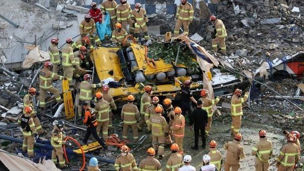 Clip: Tòa nhà 5 tầng bất ngờ đổ sụp vào xe bus làm 9 người tử vong, 8 người bị thương nặng - Ảnh 2.
