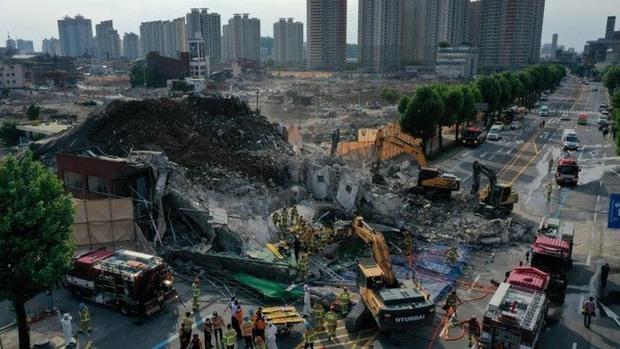 Clip: Tòa nhà 5 tầng bất ngờ đổ sụp vào xe bus làm 9 người tử vong, 8 người bị thương nặng - Ảnh 3.