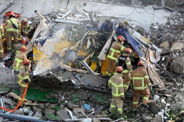 Clip: Tòa nhà 5 tầng bất ngờ đổ sụp vào xe bus làm 9 người tử vong, 8 người bị thương nặng - Ảnh 4.