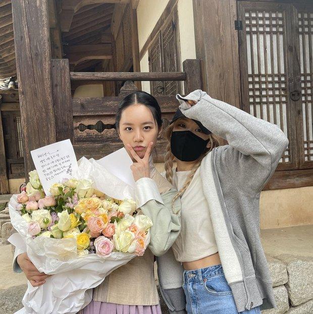 Rosé bịt kín mít ghé tận phim trường thăm Hyeri (Reply 1988), netizen chết ngất vì visual thật của mỹ nhân BLACKPINK - Ảnh 4.