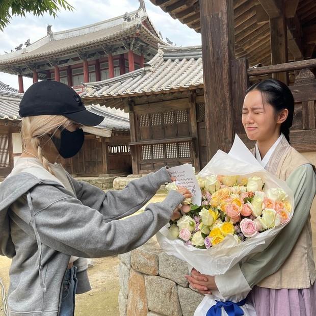 Rosé bịt kín mít ghé tận phim trường thăm Hyeri (Reply 1988), netizen chết ngất vì visual thật của mỹ nhân BLACKPINK - Ảnh 2.