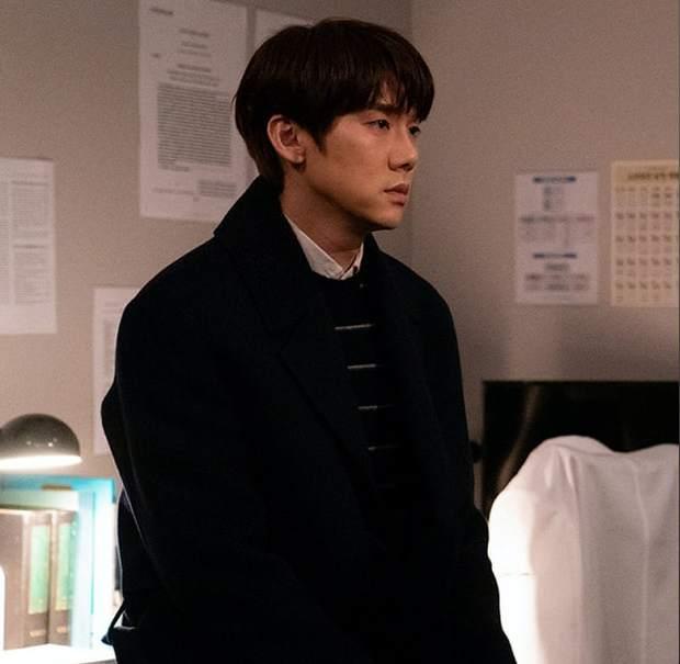 4 chuyện tình bỏ ngỏ đợi hồi kết ở Hospital Playlist 2: Jo Jung Suk có cưa đổ crush 20 năm? - Ảnh 2.