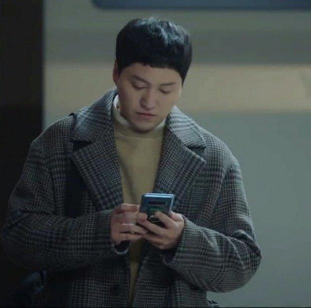 4 chuyện tình bỏ ngỏ đợi hồi kết ở Hospital Playlist 2: Jo Jung Suk có cưa đổ crush 20 năm? - Ảnh 4.