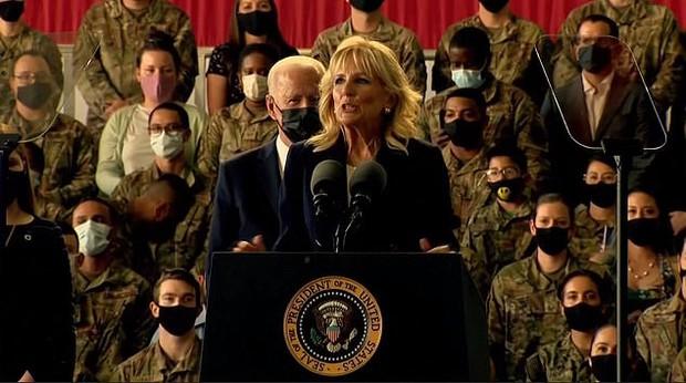 """Khoảnh khắc Đệ Nhất Phu nhân Mỹ """"dạy chồng"""" ngay trên sóng gây bão MXH, phản ứng sau đó của Tổng thống Biden đặc biệt gây chú ý - Ảnh 2."""