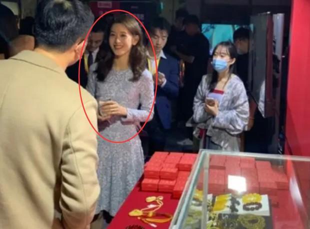 Hot girl trà sữa trong ống kính team qua đường có còn chuẩn khí chất nữ tỷ phú trẻ nhất Trung Quốc? - Ảnh 2.