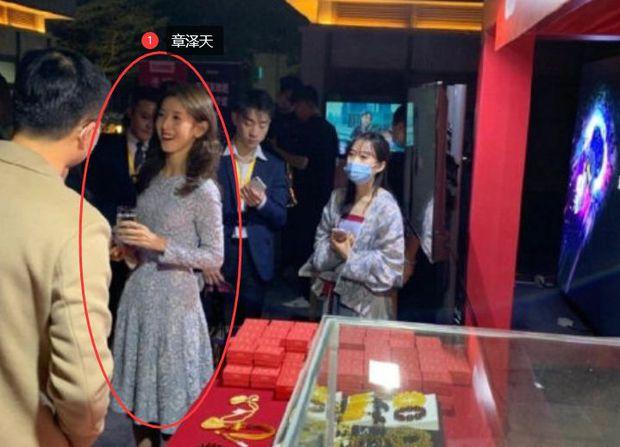Hot girl trà sữa trong ống kính team qua đường có còn chuẩn khí chất nữ tỷ phú trẻ nhất Trung Quốc? - Ảnh 3.