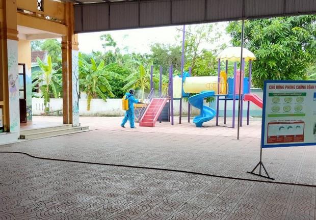 Lời nhắn nhủ yêu thương trong túi quà gửi các em học sinh tiểu học tại khu cách ly ở Hà Tĩnh - Ảnh 2.