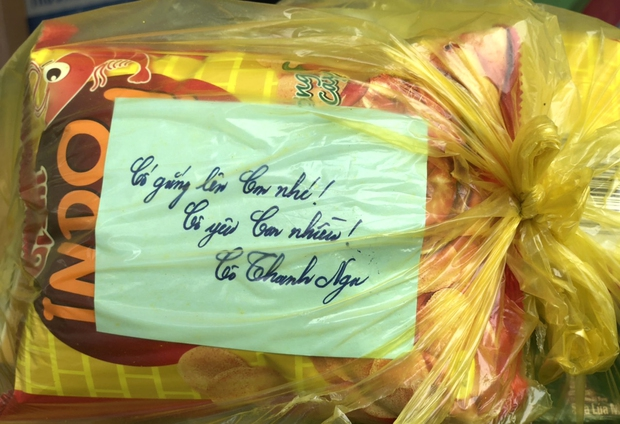 Lời nhắn nhủ yêu thương trong túi quà gửi các em học sinh tiểu học tại khu cách ly ở Hà Tĩnh - Ảnh 3.