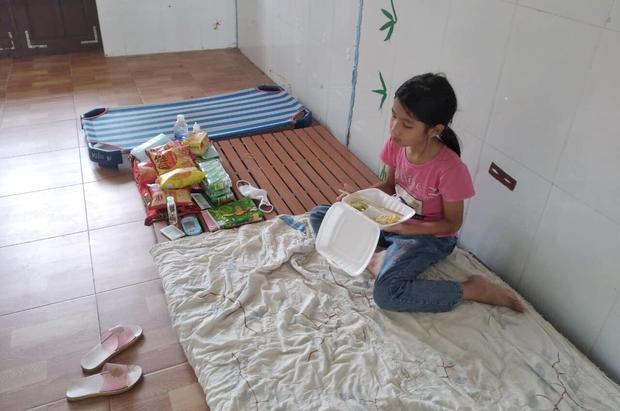 Lời nhắn nhủ yêu thương trong túi quà gửi các em học sinh tiểu học tại khu cách ly ở Hà Tĩnh - Ảnh 4.