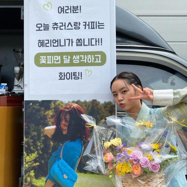 Rosé bịt kín mít ghé tận phim trường thăm Hyeri (Reply 1988), netizen chết ngất vì visual thật của mỹ nhân BLACKPINK - Ảnh 5.
