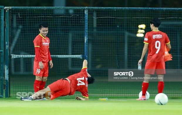 3 tuyển thủ Việt Nam phải tập riêng, lo lắng nhất trường hợp của Tuấn Anh - Ảnh 1.