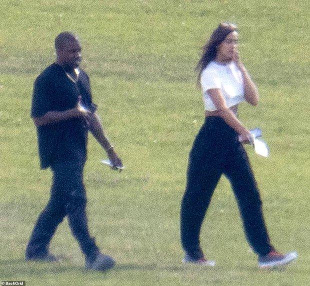 HOT: Kanye West lộ ảnh hẹn hò tình cũ Cristiano Ronaldo sau 4 tháng ly hôn Kim, body nóng bỏng của siêu mẫu gây sốt - Ảnh 2.