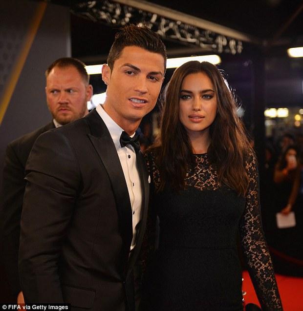 HOT: Kanye West lộ ảnh hẹn hò tình cũ Cristiano Ronaldo sau 4 tháng ly hôn Kim, body nóng bỏng của siêu mẫu gây sốt - Ảnh 9.