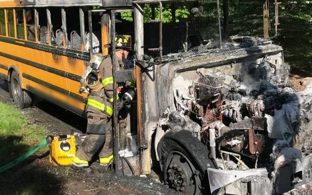Xe bus đâm trực diện vào nhau và bốc cháy khiến 18 người chết ở Nigeria - Ảnh 1.