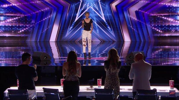 Cô nàng mắc ung thư khiến giám khảo Americas Got Talent trào nước mắt, trao ngay nút vàng! - Ảnh 2.